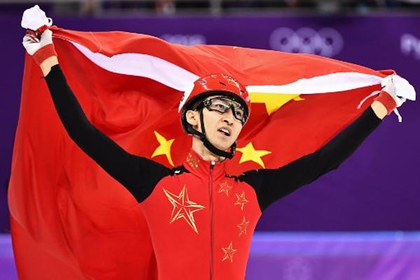 احرز الصيني داجينغ وو ذهبية سباق التزحلق السريع في المضمار لمسافة 500 م بعد ان حطم الرقم القياسي مرتين