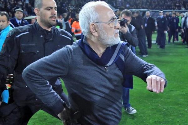 دخول رئيس نادي باوك سالونيكي إلى الملعب بالسلاح