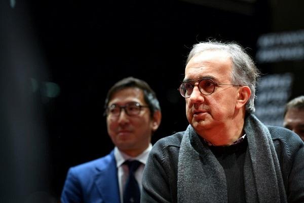رئيس مجموعة فيات-كرايزلر والتي تضم فيراري ايضا، سيرجيو ماركيوني خلال زيارة تفقددية عشية افتتح معرض جنيف للسيارات