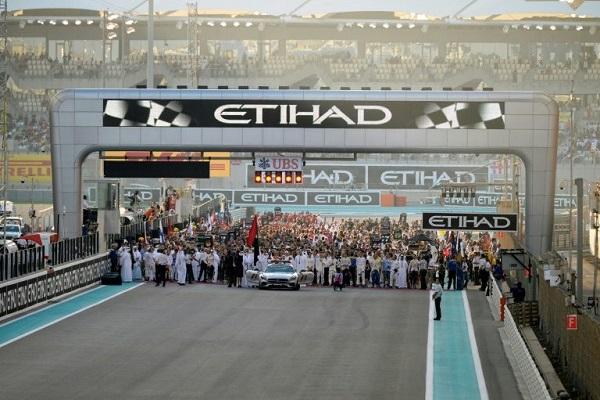زحمة سائقين وميكانيكيين على خط الانطلاق على حلبة ياس مارينا في أبوظبي قبيل انطلاق سباق الجائزة الكبرى ضمن بطولة العالم في الفورمولا واحد