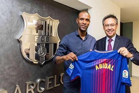 برشلونة يعين مدافعه الفرنسي السابق أبيدال مديرا رياضيا