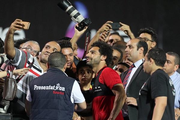 الجمهور المصري يهتف باسم محمد صلاح