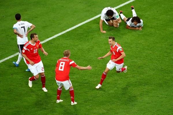 روسيا تلحق بمصر الخسارة الثانية وتتأهل إلى الدور الثاني