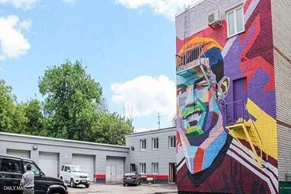 رسمة جدارية لكريستيانو رونالدو، في واجهة مدخل الفندق الذي يقيم فيه ميسي ورفاقه