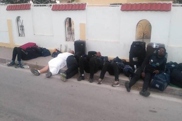 نام اللاعبون في العراء بعد الاحتجاج على ظروف الإقامة