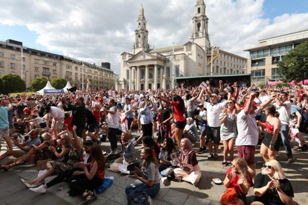شاهد الملايين المباراة عبر شاشة بي بي سي1 في أماكن عامة عبر شاشات عرض ضخمة