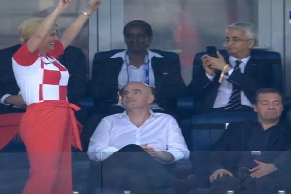 رئيسة كرواتيا تستفز رئيس وزراء روسيا بالرقص في المدرجات
