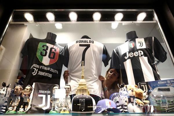 قميص لكريستيانو رونالدو مع يوفنتوس في متجر في تورينو