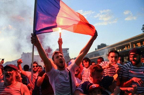 مشجعون للمنتخب الفرنسي لكرة القدم يحتفلون في مدينة مونبيلييه الفرنسية بفوزه على بلجيكا
