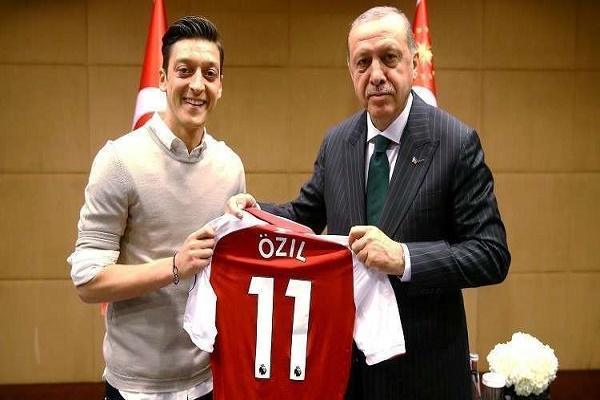 الاتحاد الألماني يطالب أوزيل بتوضيح لصورته مع أردوغان