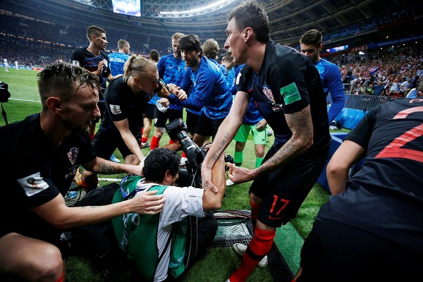 مصور يلتقط صورا رائعة للاعبي كرواتيا رغم سقوطه