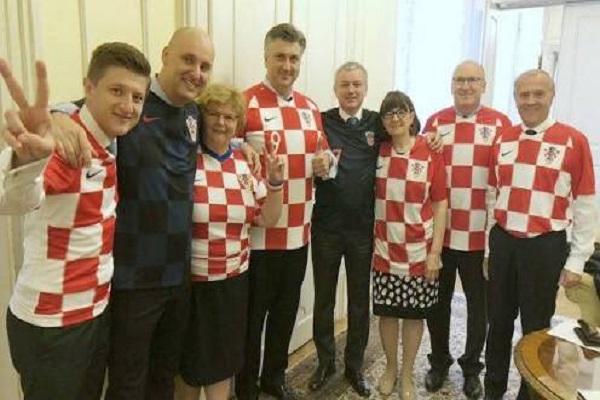 وزراء كرواتيا يرتدون قمصان المنتخب في اجتماع حكومي
