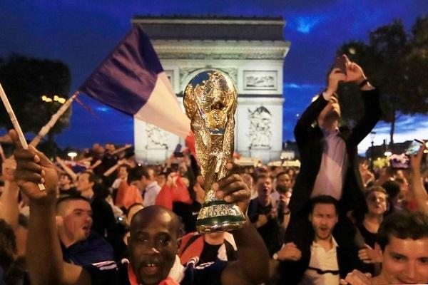 عشرات الآلاف يحتفلون في باريس ببلوغ النهائي