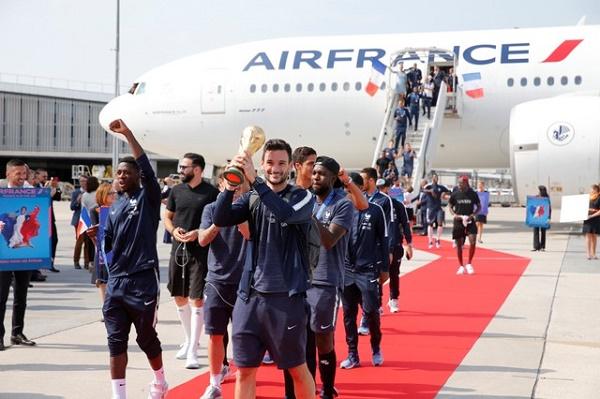 وصول منتخب فرنسا بطل العالم إلى باريس للاحتفال باللقب