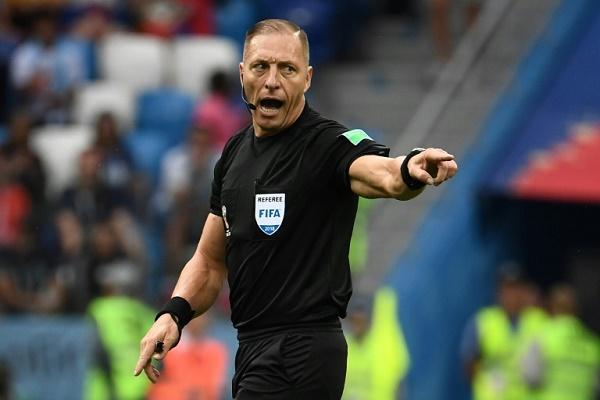 الحكم الارجنتيني نستور بيتانا اثناء قيادته مباراة فرنسا والاوروغواي في الدور ربع النهائي