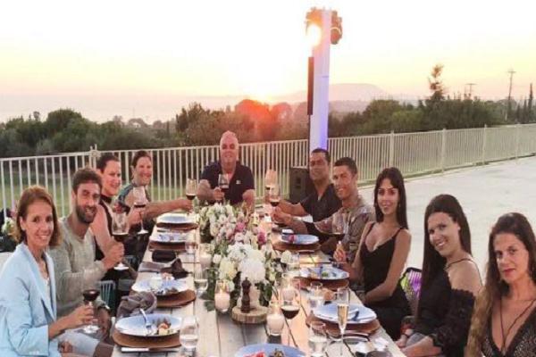 رونالدو رفقة عائلته وأصدقائه