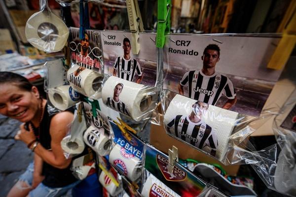 صور رونالدو على مناديل الحمامات في متاجر نابولي