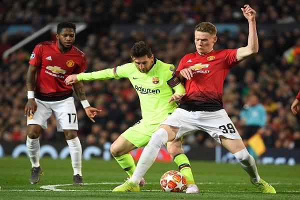 يونايتد يخسر الفصل الأول ضد برشلونة بالنيران الصديقة