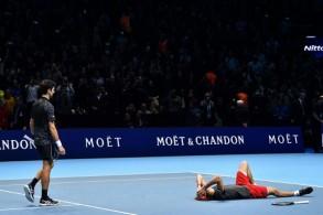 الألماني ألكسندر زفيريف يحتفل أرضا بتتويجه بلقب بطولة الماسترز الختامية على حساب الصربي نوفاك ديوكوفيتش