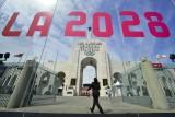 شعار أولمبياد لوس أنجليس 2028 مرفوعا في المدينة الأميركية يوم إعلان نيلها الاستضافة، في 30 نيسان/أبريل 2018.