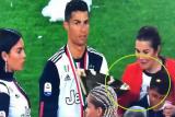 رونالدو يصيب نجله وخطيبته بالكأس أثناء احتفاله بلقب الدوري الإيطالي