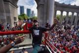 مئات الآلاف في تورونتو يحتفلون بالبطل رابتورز