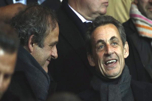 ميشيل بلاتيني رفقة الرئيس الفرنسي السابق ساركوزي
