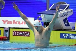 الصيني سون يانغ يحتفل باحرازه ذهبية سباق 200 م حرة في بطولة العالم للسباحة المقامة في غوانغجو، كوريا الجنوبية