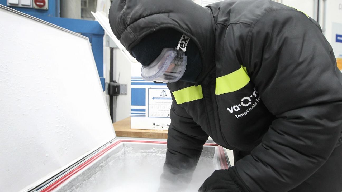 أحد العاملين في فا-كيو-تيك يعاين احدى الصناديق