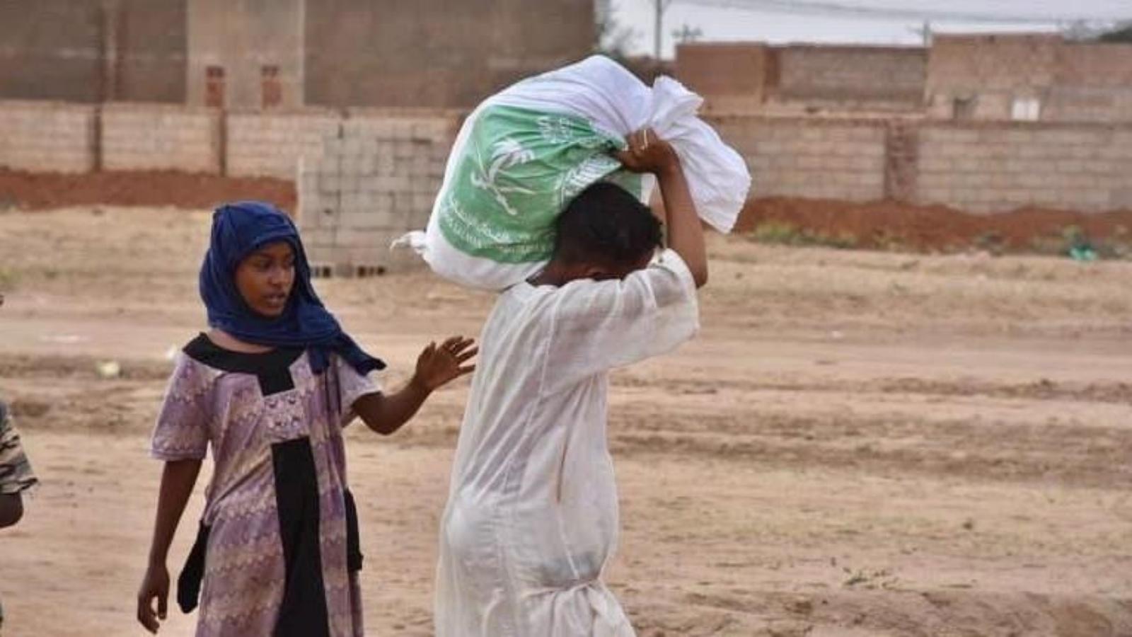 السعودية نيوز |  مركز الملك سلمان للإغاثة: توزيع السلال الغذائية لمتضرري سيول السودان