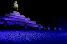 تمثال للإمبراطور الفرنسي نابوليون بونابرت مضاءً بمناسبة مرور 250 على ولادته في أجاكسيو في جزيرة كورسيكا الفرنسية في البحر المتوسط في 14 أغسطس 2019