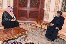 سلطان عُمان قابوس بن سعيد لدى استقباله نائب وزير الدفاع السعودي الأمير خالد بن سلمان