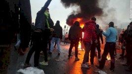 ايرانيون يشعلون الاطارات احتجاجاً