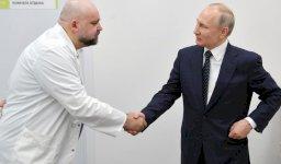 بوتين مصافحا الطبيب الحامل للفيروس (أرشيف)