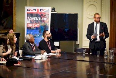 جانب من لقاء الوزير كليفرلي مع المشاركين في المنتدى