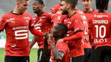 لاعبو رين يحتفلون بهدف سيرو غيراسي في مرمى سانت اتيان خلال لقاء الفريقين السبت