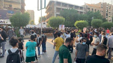 متظاهرون غاضبون بمواجهة حماية السفارة الفرنسية في بغداد