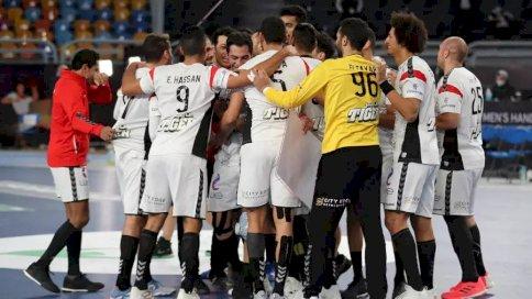 لاعبو المنتخب المصري يحتفلون بالفوز على الاتحاد الروسي في مونديال كرة اليد في القاهرة في 20 يناير 2021.