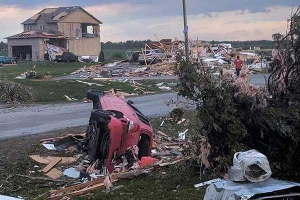 سيارات مقلوبة بسبب الإعصار في أوتاوا