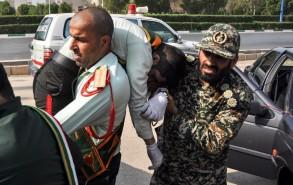 الحرس الثوري ينقل أحد جرحاه المصابين في الهجوم
