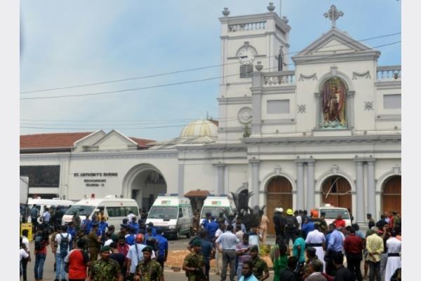 سيارات إسعاف أمام كنيسة سانت أنتوني في كولومبو بعد اعتداء دام في 21 أبريل 2019