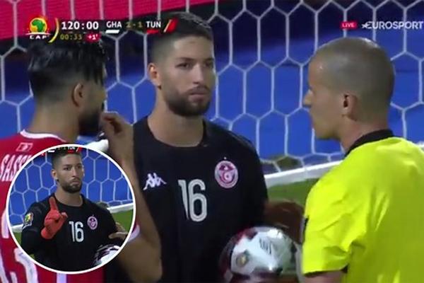 رفض معز حسن الخروج من ملعب المباراة