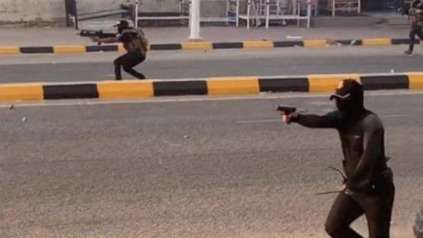 عناصر للمليشيات المسلحة تطلق النار على المتظاهرين المحتجين في بغداد