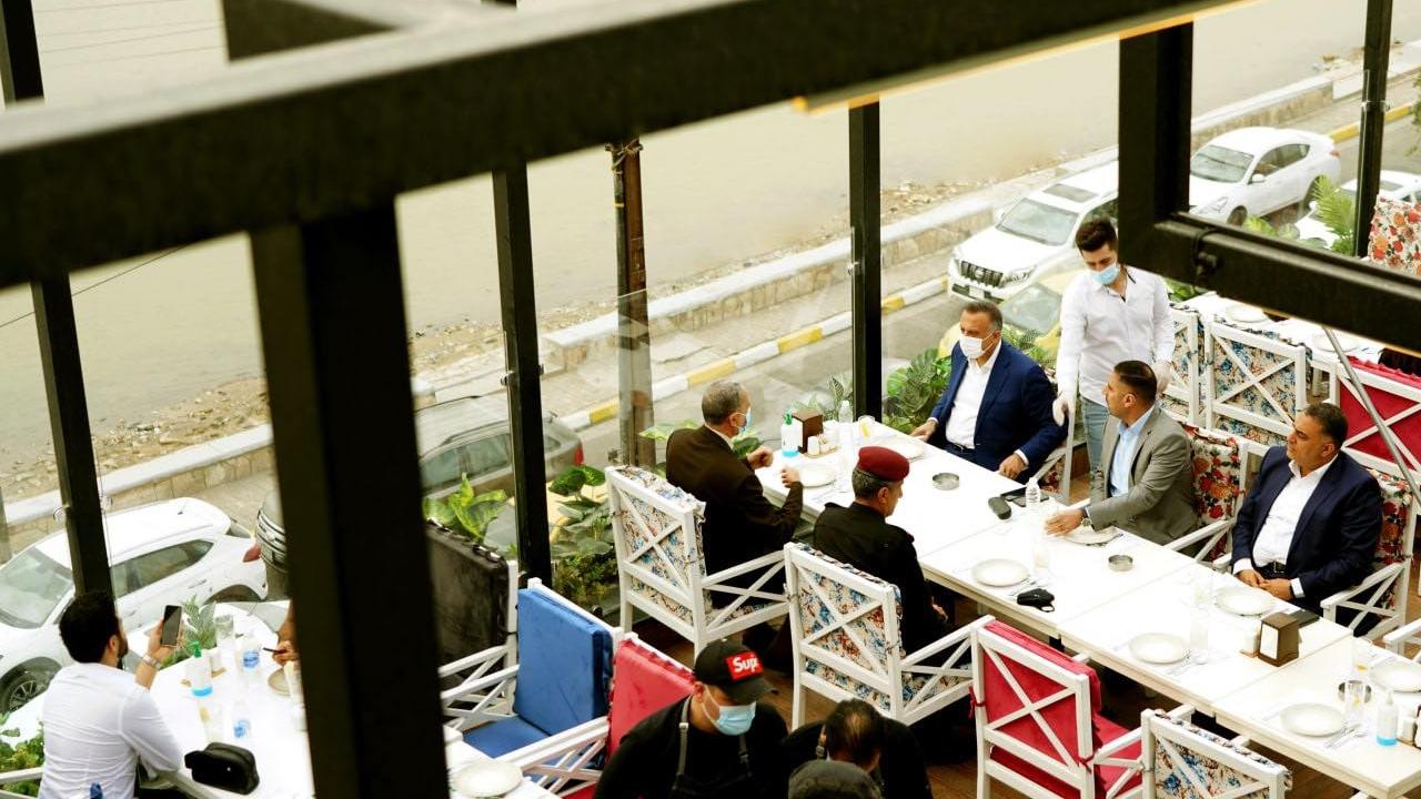 الكاظمي في احد مطاعم بغداد لدى جولته في العاصمة الخميس