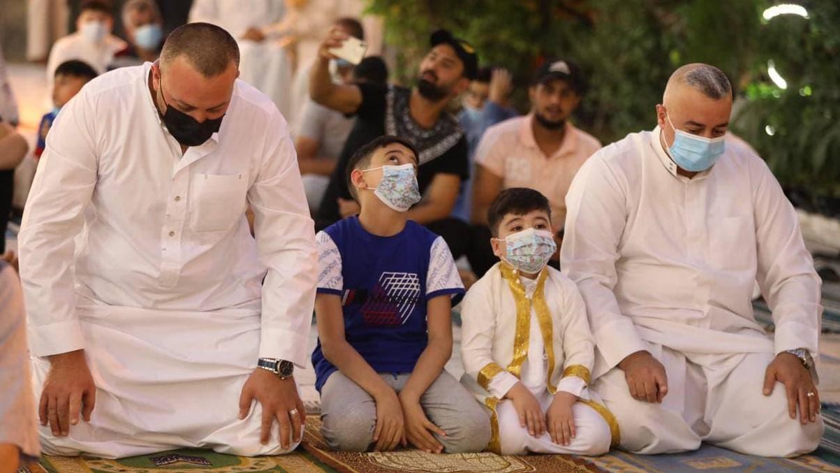 عراقيون يؤدون صلاة العيد في جامع الامام ابو حنيفة في بغداد خلافا للاغلاق الصورة من وكالة ناس