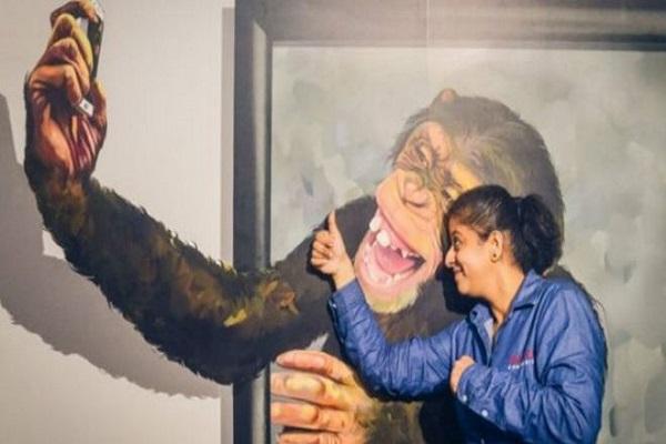 الشمبانزي الذي يلتقط صور مع الزائرين من بين الأكثر رواجا في المتحف