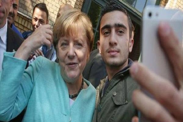 المهاجر السوري أنس المعضماني التقط صورة مع المستشارة الألمانية انغيلا ميركل