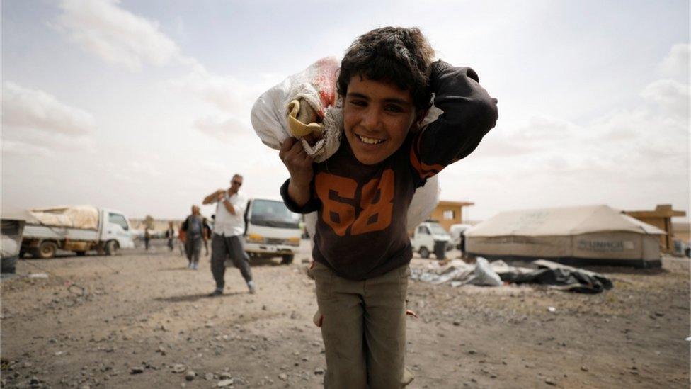 طفل سوري فر من منزله في مدينة الرقة بسبب القتال