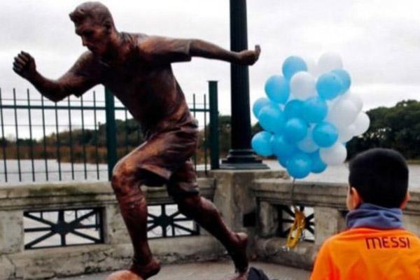 أقيم تمثال ميسي في أحد شوارع بيونس آيرس الذي يضم ثماثيل لعدد من المشاهير الرياضيين