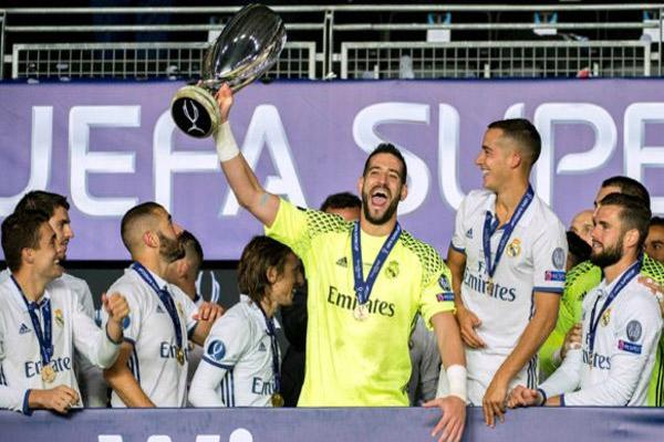 حارس مرمى ريال مدريد كيكو كاسيا يلوح بكأس السوبر
